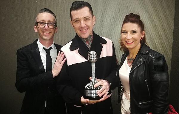 Al Dual recibiendo el premio a mejor solista rockabilly