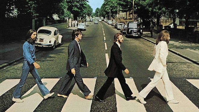 los Beatles cruzando Abbey Road